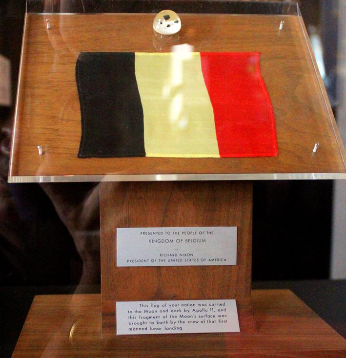 Belgisch vlaggetje en maanstenen Koninklijk Paleis geopend