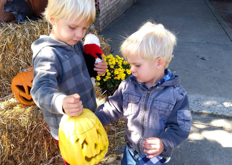 Kids met Halloweenpompoenen